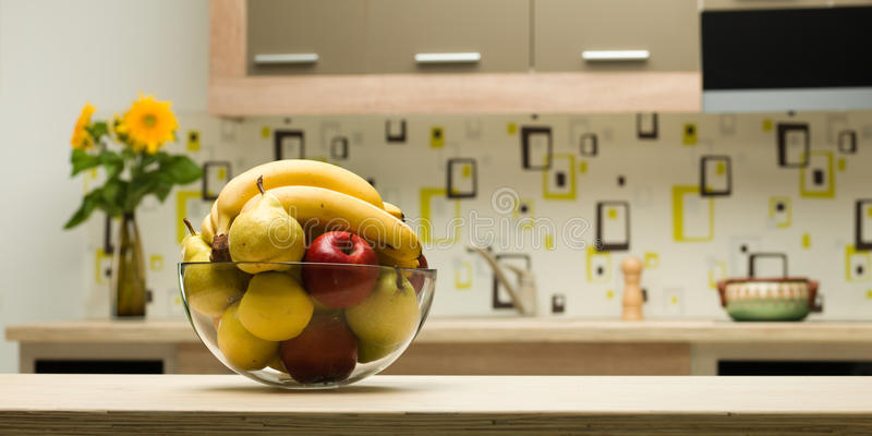 Cuvette avec les fruits sains dans la cuisine photos libres de droits