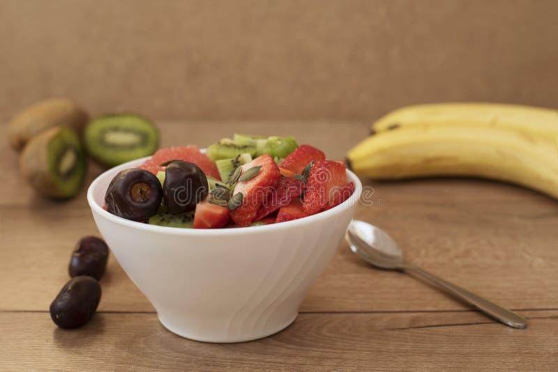 Cuvette blanche remplie de fruits frais photo libre de droits