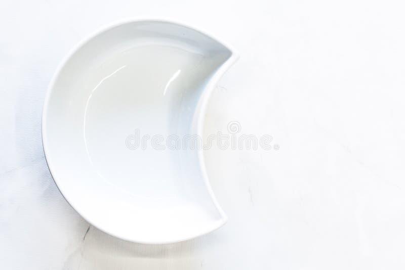 Cuvette blanche sous forme de demi-lune Vue sup?rieure, l'espace pour le texte photographie stock