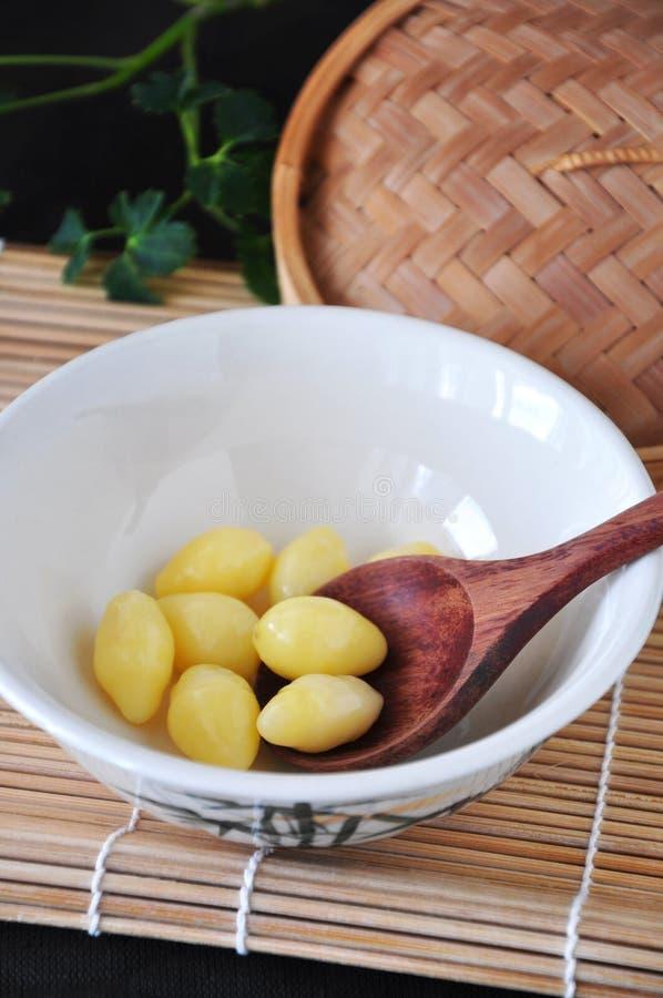 Cuvette d'écrous de Ginkgo sains chinois de nourriture images stock