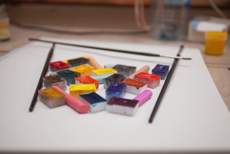 Cuvette d'aquarelle coloré photos stock