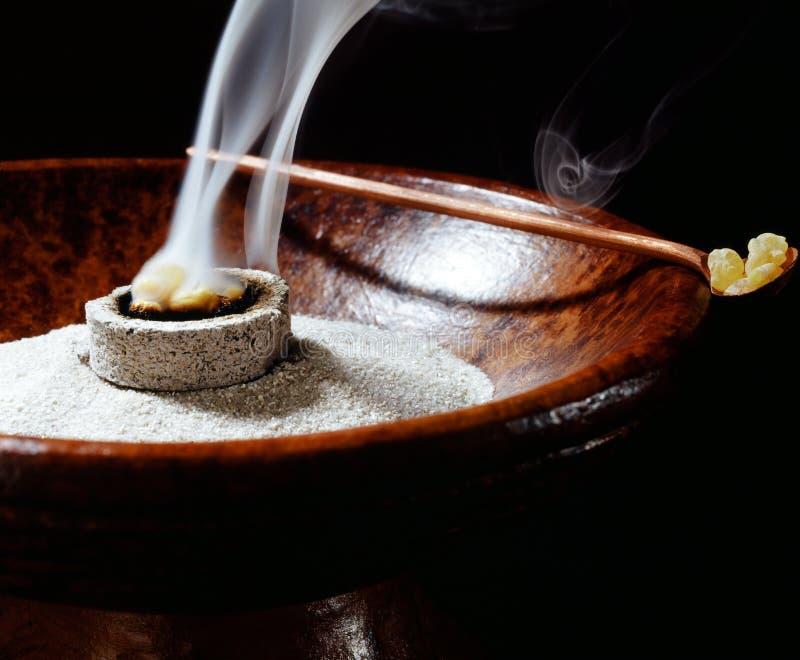 Cuvette d'encens et encens brûlant images stock