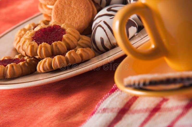 Cuvette d'esprit de biscuits de thé avec la décoration photos stock