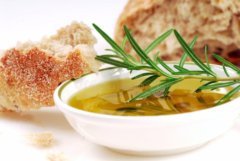 Cuvette d'huile d'olive avec le romarin et le pain images libres de droits