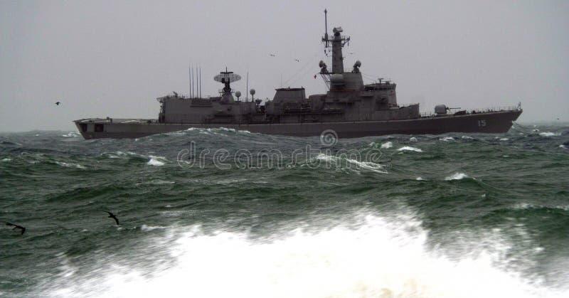 Cuvette de bateau d'armée la mer agitée photo stock