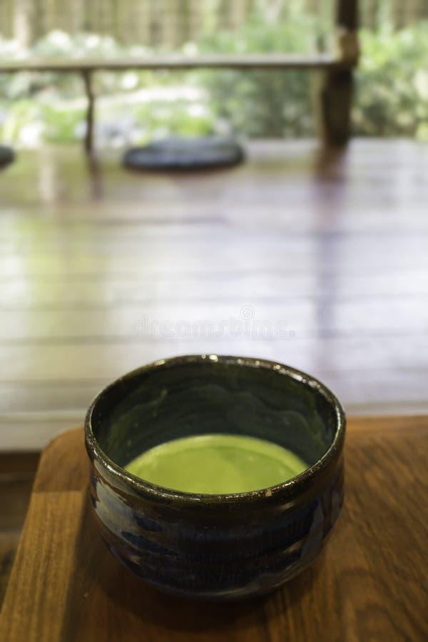 Cuvette de boisson chaude de thé vert de matcha image stock