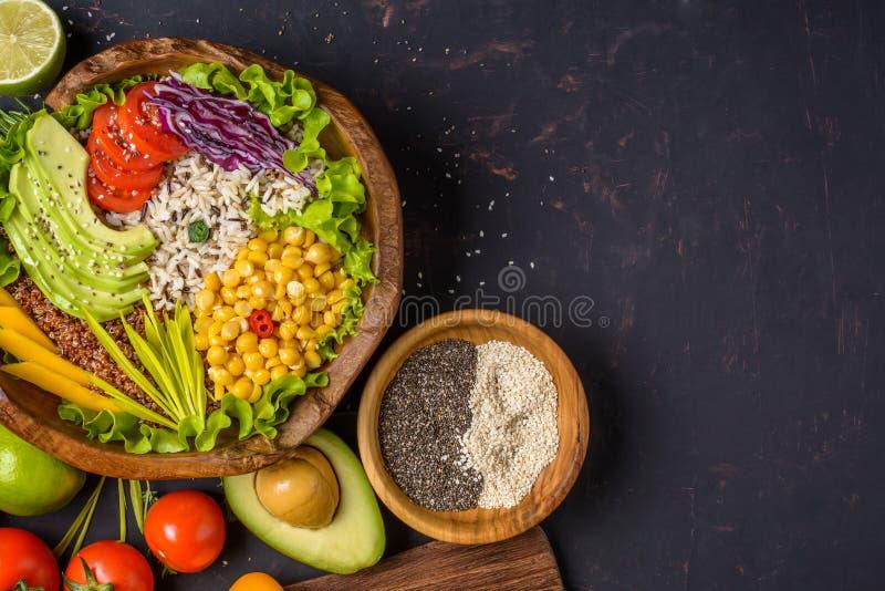 Cuvette de Bouddha avec le pois chiche, avocat, zizanie, graines de quinoa, paprika, tomates, verts, chou, laitue sur la pierre f photo libre de droits