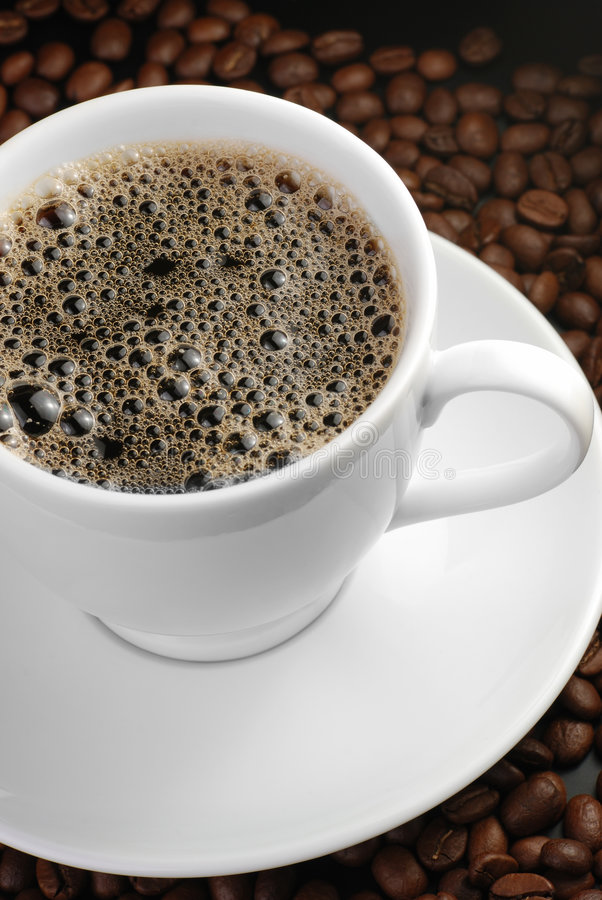 Cuvette de café avec de la mousse images stock