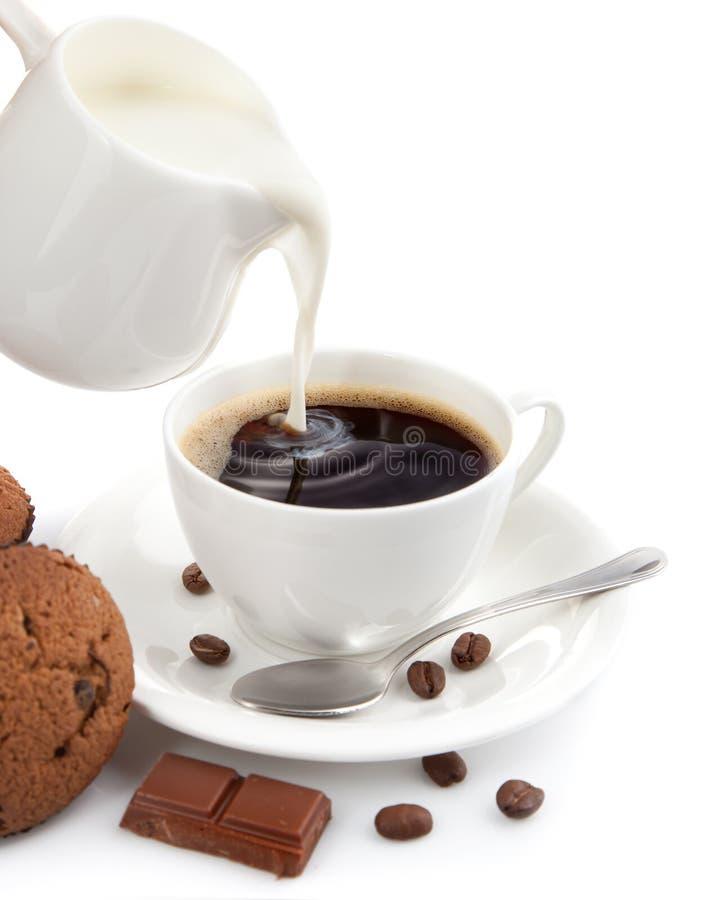 Cuvette de café avec du lait image stock