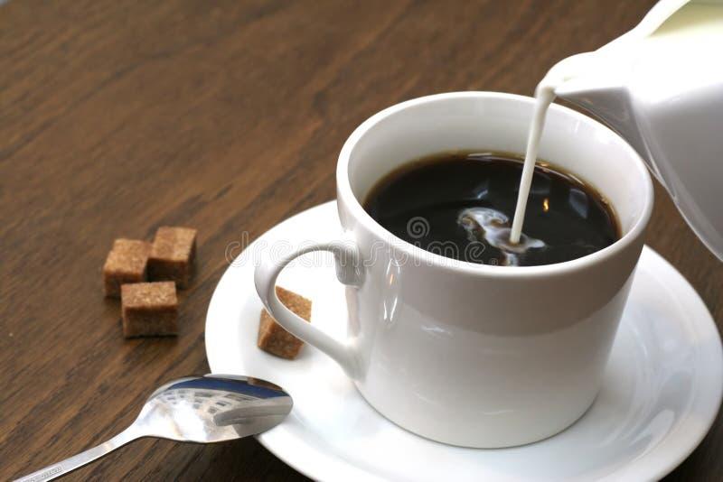 Cuvette de café avec du lait frais image libre de droits