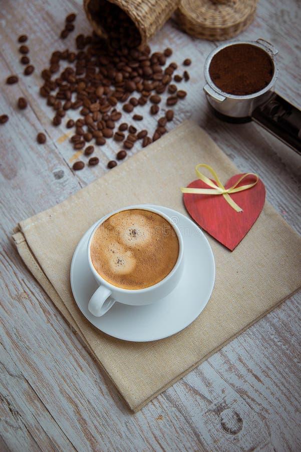 Cuvette de café avec le coeur rouge photos stock