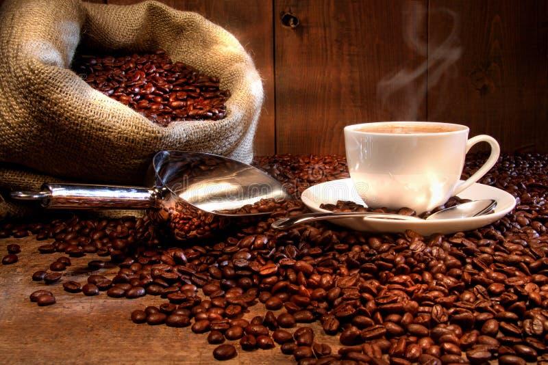 Cuvette de café avec le sac à toile de jute d'haricots rôtis image libre de droits