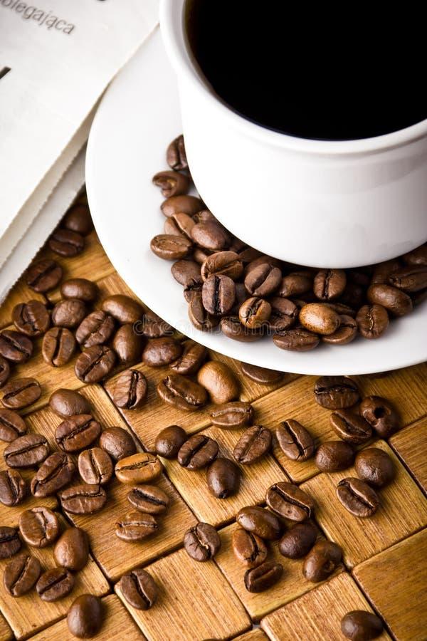 Cuvette de café avec les haricots frais de coffe photographie stock