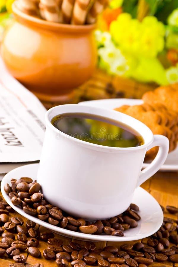 Cuvette de café avec les haricots frais de coffe photo stock
