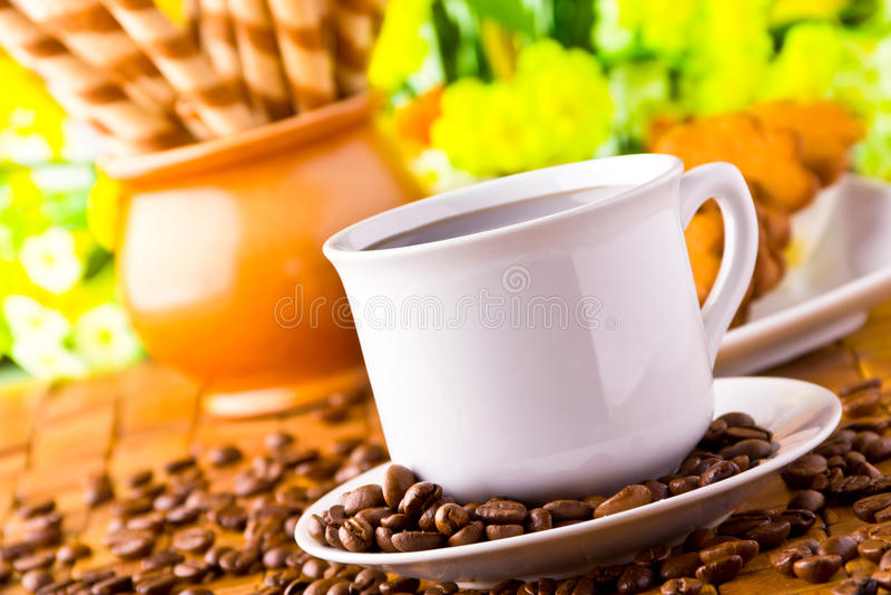 Cuvette de café avec les haricots frais de coffe image stock