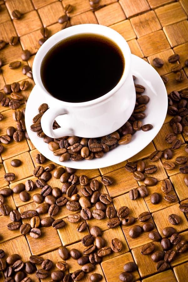 Cuvette de café avec les haricots frais de coffe images libres de droits