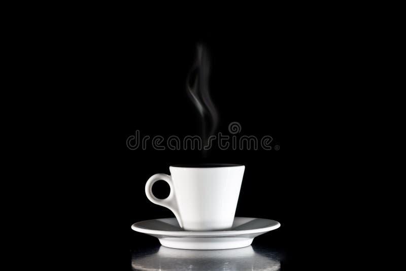Cuvette de café blanche sur un fond noir image stock