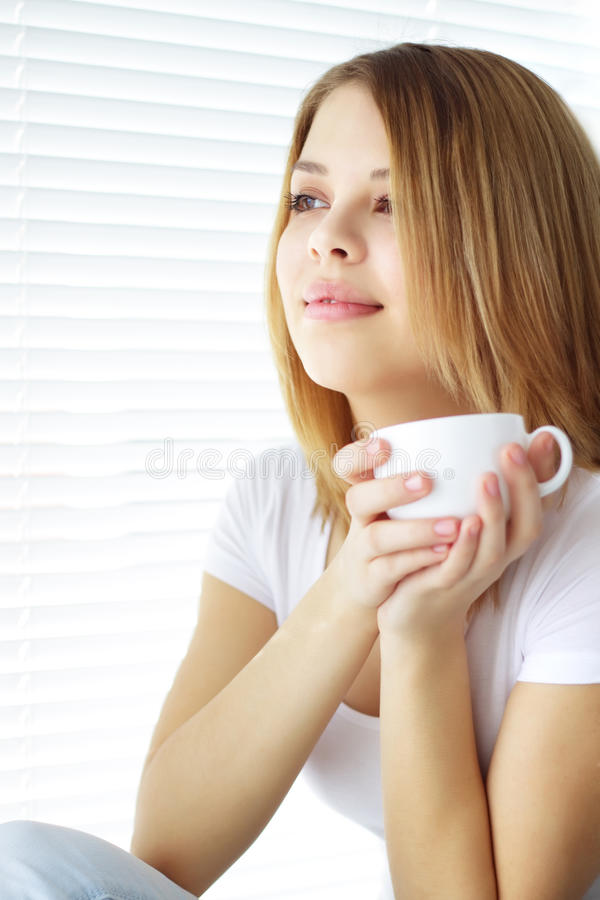 Cuvette de café de fixation de fille photo libre de droits