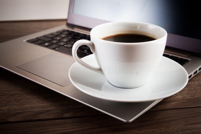 Cuvette de café et d'ordinateur portatif image stock