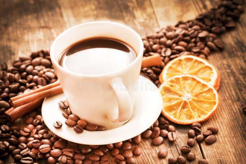 Cuvette de café et de cannelle. photos stock