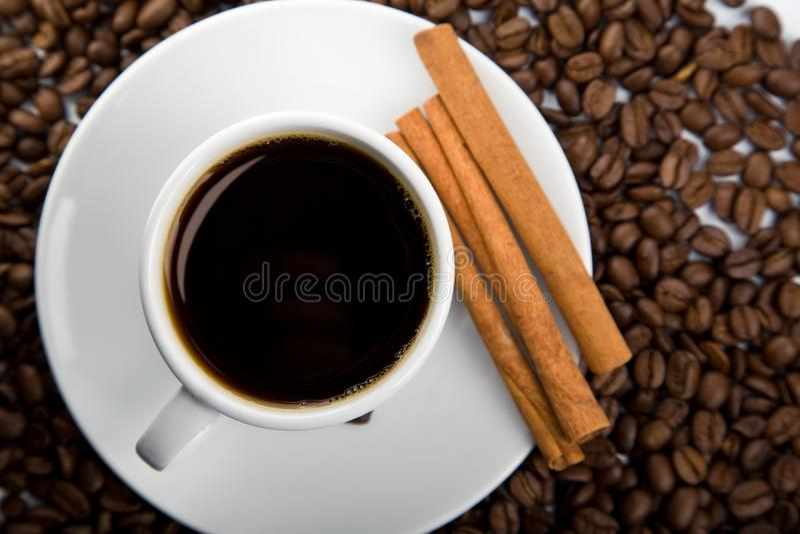 Tasse de café et de grains de café photos stock