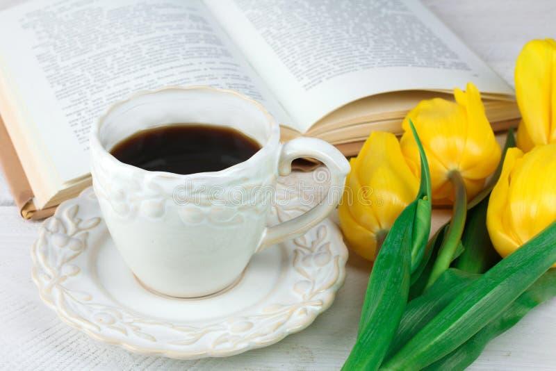 Cuvette de café et de livre image libre de droits