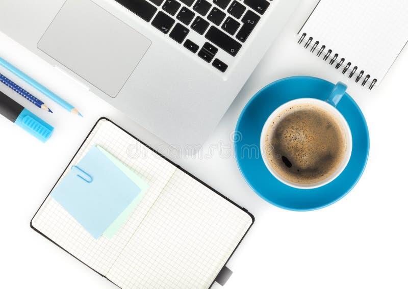 Cuvette de café et fournitures de bureau photographie stock