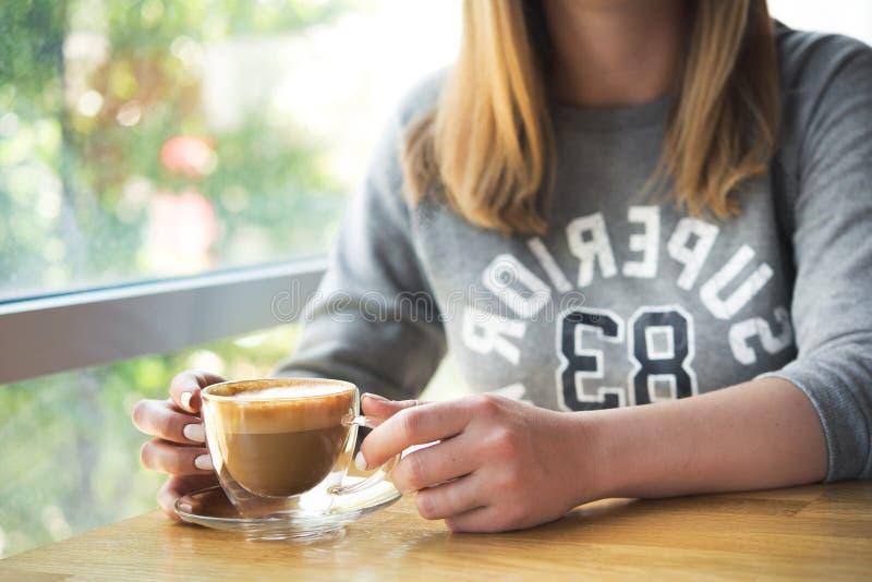 Cuvette de café de fixation de jeune femme photo libre de droits