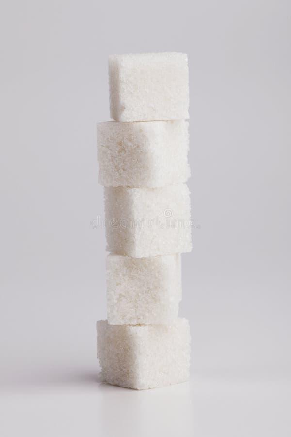 Cuvette de café rouge et une part du sucre blanc image stock