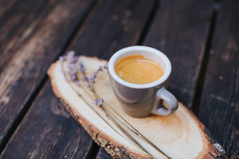Cuvette de café sur la table Tasse de café chaud de latte dans le temps de détente Tasse de café sur en bois Lavande Arome de lav photo stock