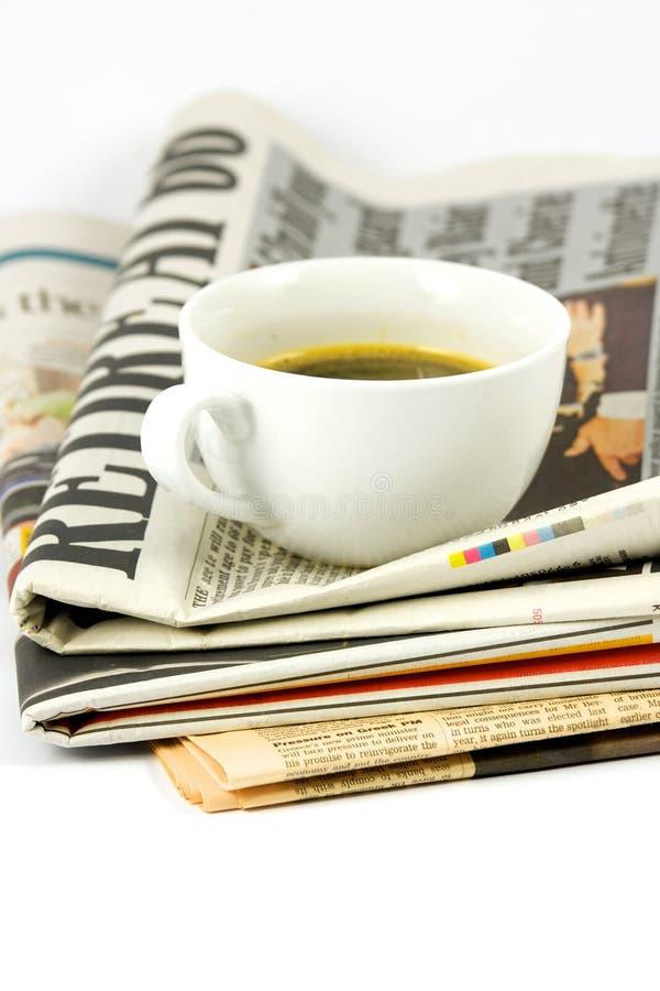 Cuvette de café sur le journal photographie stock libre de droits