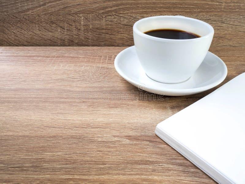 Cuvette de café sur une table en bois photographie stock