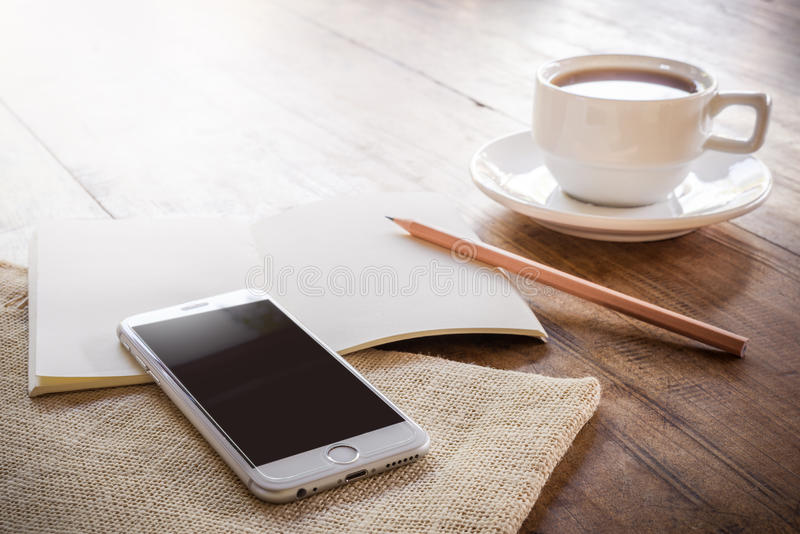 Cuvette de café sur une table en bois images libres de droits