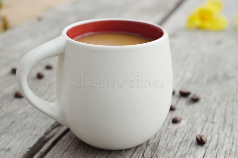Cuvette de café sur une table en bois photo libre de droits