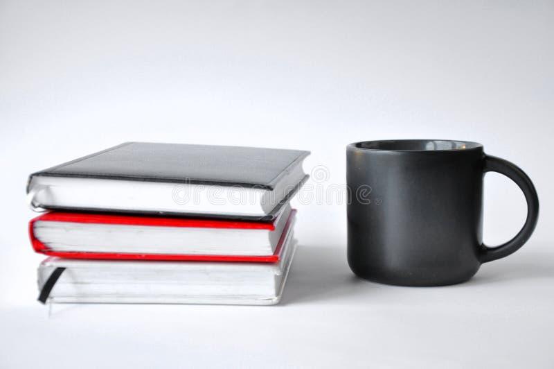 Cuvette de caf? et de livre photographie stock libre de droits