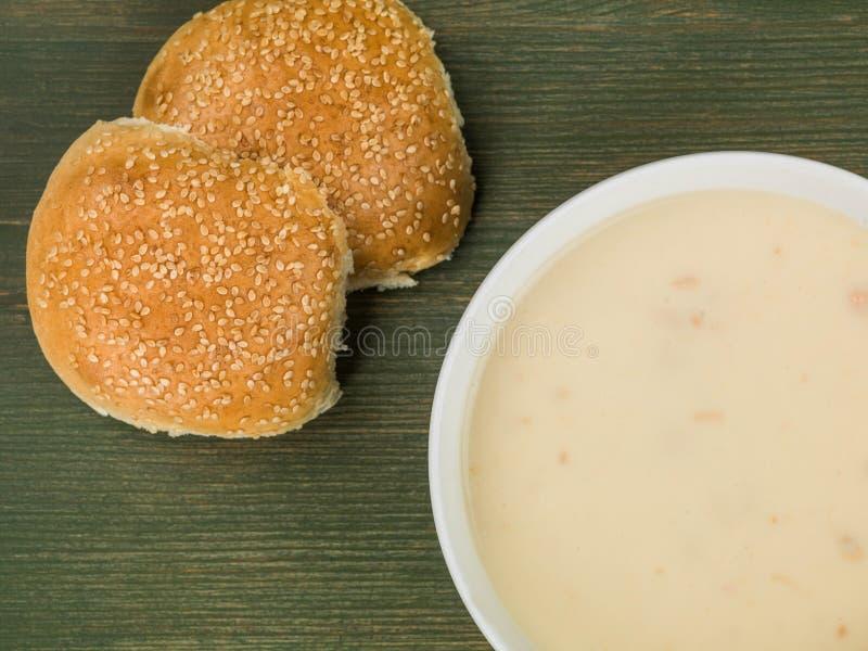 Cuvette de crème de potage au poulet avec du pain Rolls de sésame photo stock