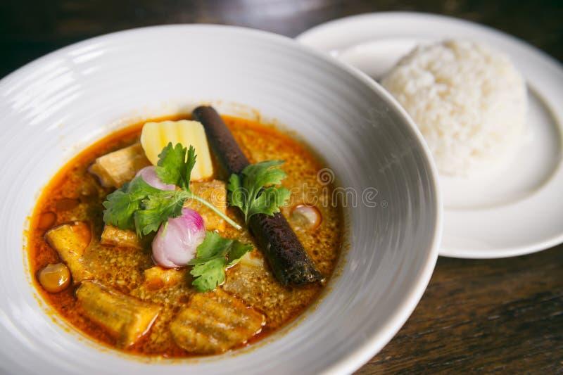 Cuvette de dîner thaïlandais de cari de Masaman avec du riz images stock