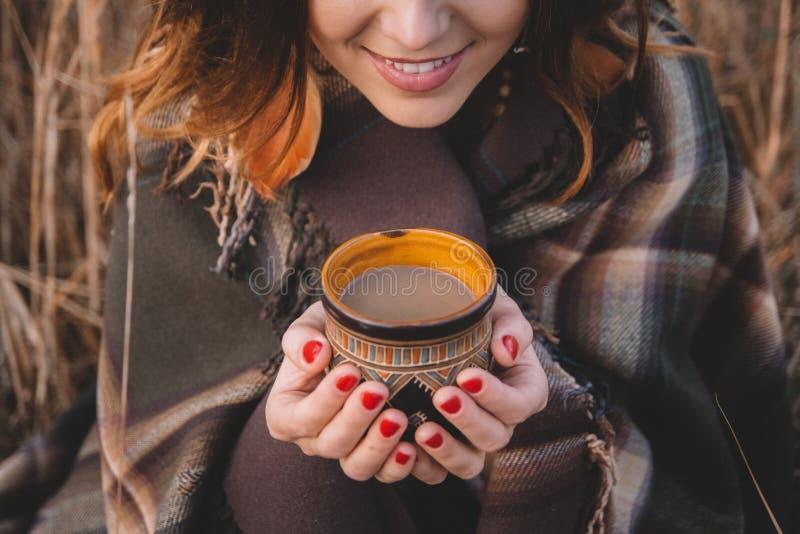 Cuvette de fixation de femme de caf? photos libres de droits