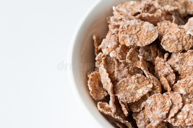Cuvette de flocons naturels de multigrain sur un fond blanc Nourriture saine photos stock