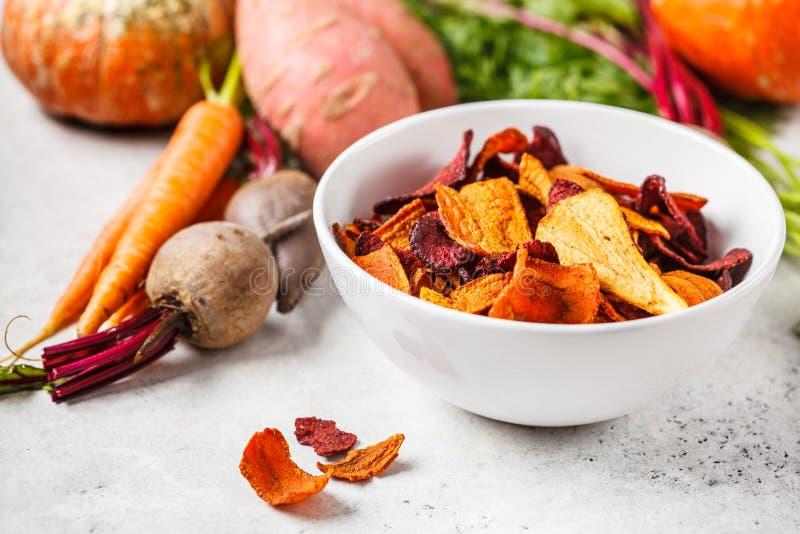 Cuvette de frites végétales saines des betteraves, des patates douces et des carottes sur le fond blanc photographie stock