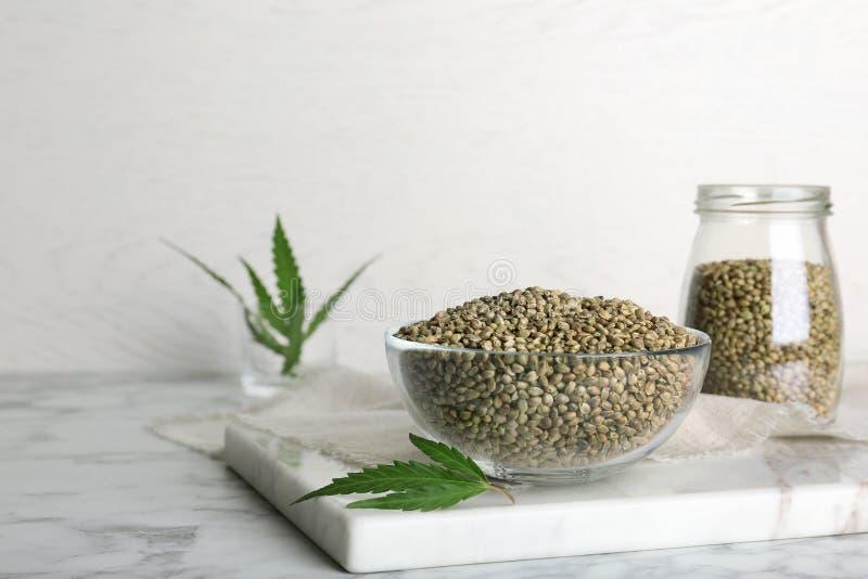 Cuvette de graines de chanvre sur la table photo libre de droits