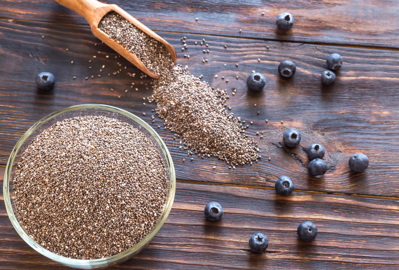Cuvette de graines de chia avec les baies fraîches : vue supérieure images stock