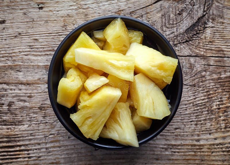 Cuvette de gros morceaux en boîte d'ananas, d'en haut image stock