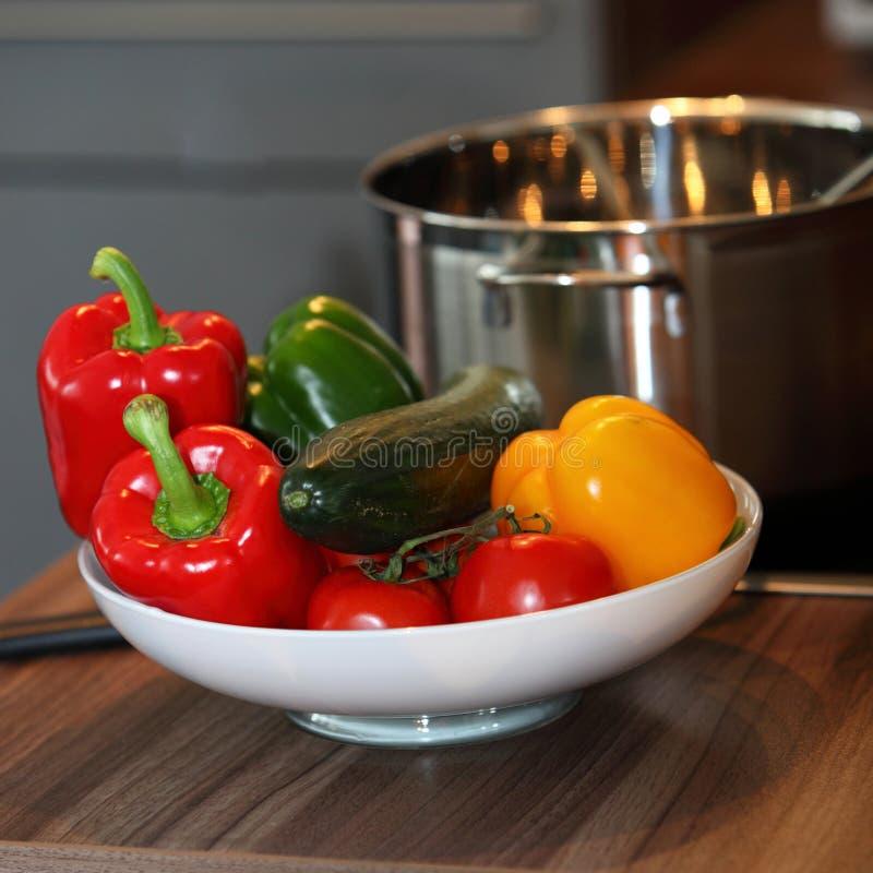 Cuvette de légumes frais colorés image libre de droits