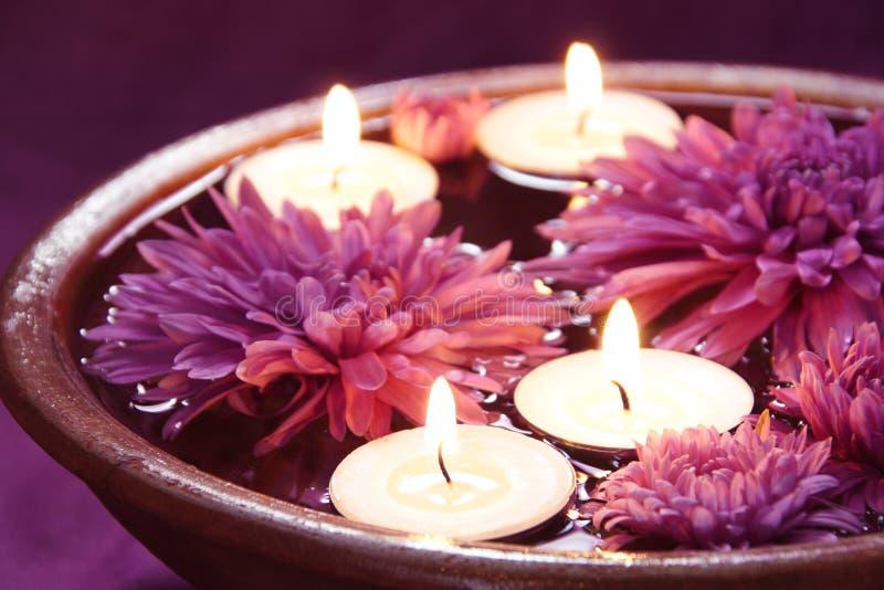 Cuvette de l'eau pour Aromatherapy avec des bougies photo stock