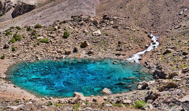Cuvette de lac Alaudin en montagnes de Fann Petit lac de montagne avec du Cl photographie stock