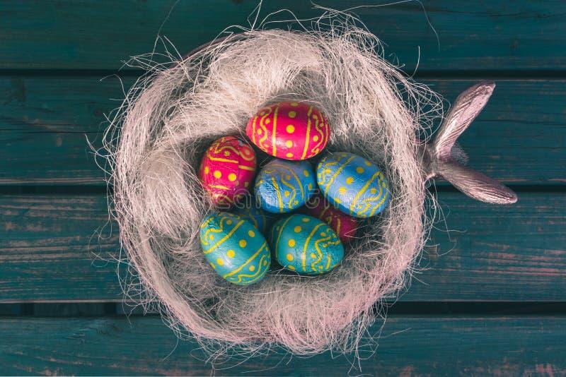 Cuvette de Pâques avec des oeufs de choclate, banc vert, Paasdecoratie, eitjes de paas photographie stock libre de droits