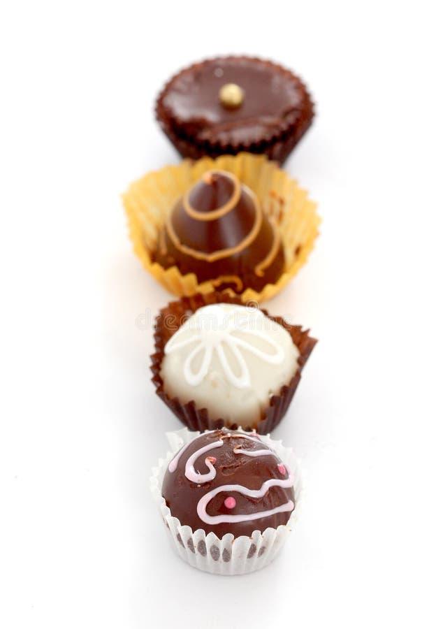 Cuvette de plan rapproché fait maison de beaucoup de truffes de chocolat photo libre de droits