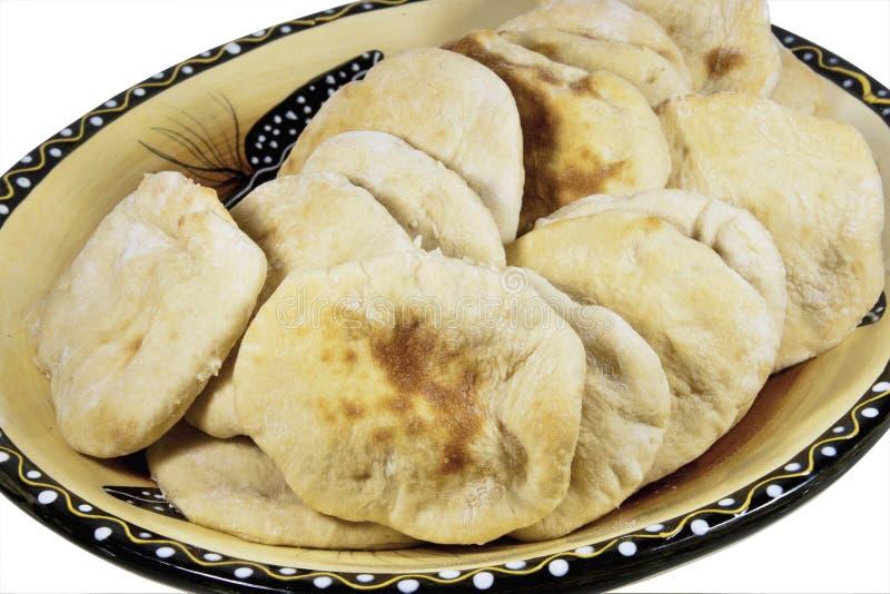 Cuvette de portion remplie des pains fraîchement cuits au four de Pitta images libres de droits