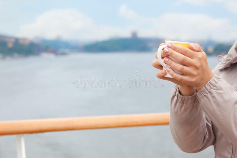 Cuvette de prise de femme dans des mains photo libre de droits